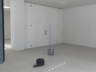 Local en bruto convertido en oficina Margarita Jiménez moreno Espacios comerciales de estilo minimalista Madera maciza Blanco