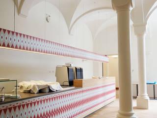 Ein Hotel umarmt die Welt. Ausgefallene Hotels von Schwarzott Einrichtungshaus & Werkstätte Ausgefallen