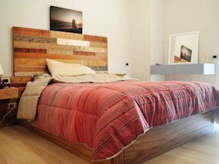 Arredo camera: Camera da letto in stile in stile Coloniale di Falegnameria Martinelli Sergio