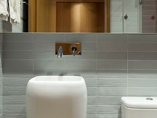 SAINZ arquitetura Modern bathroom Wood Grey