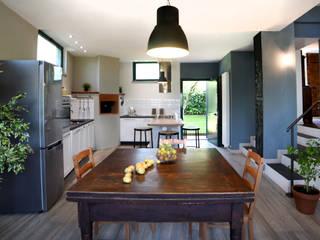 Il garage diventa un' ampia cucina.: Cucina in stile  di Rifò