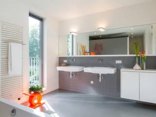 Vrijstaand woonhuis Oisterwijk Moderne badkamers van Geert van den Oetelaar . Architect Modern