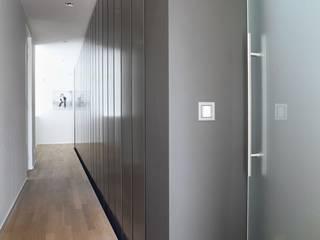 Vrijstaand woonhuis Oisterwijk Moderne gangen, hallen & trappenhuizen van Geert van den Oetelaar . Architect Modern