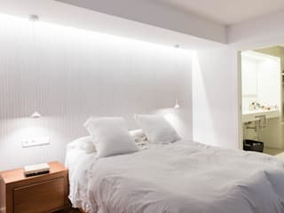 Vista habitación y baño principal Dormitorios de estilo minimalista de MAGA - Diseño de Interiores Minimalista