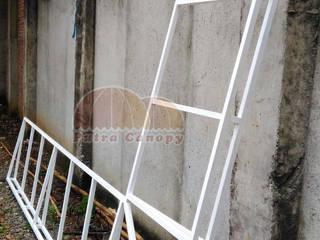 Canopy Kain Merah Jakarta:  Balconies, verandas & terraces  by Putra Canopy