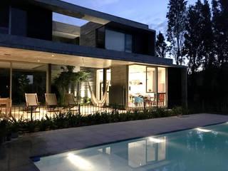 Casa May: Casas unifamiliares de estilo  por CREA CONSTRUCTORA