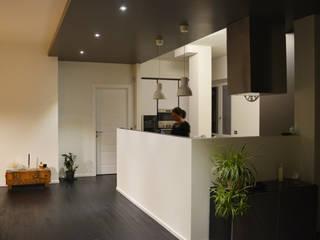Un attico luminoso: Cucina attrezzata in stile  di Alessandro Jurcovich Architetto