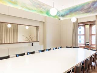 Großer Sitzungssaal des Verband Österreichischer Banken und Bankiers: klassische Arbeitszimmer von AllesWirdGut Architektur ZT GmbH