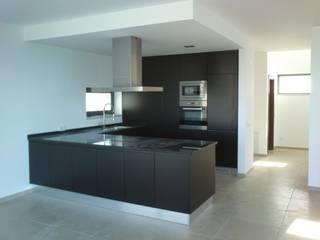 Cozinha Lacada Preto, com puxador fresado: Cozinhas modernas por Oliveira e Lucas Lda