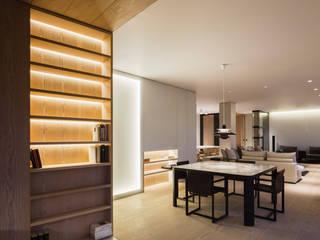 Appartement contemporain minimaliste et élégant : blanc, bois et marbre blanc Salle à manger moderne par Christophe Sarlandie Moderne