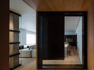 Appartement contemporain minimaliste et élégant : blanc, bois et marbre blanc Couloir, entrée, escaliers modernes par Christophe Sarlandie Moderne