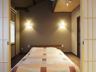 高瀬川の町家 雲・小波(ゲストハウス) 和風の 寝室 の 一級建築士事務所 (有)BOFアーキテクツ 和風