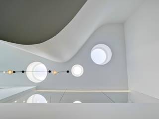 Cabañas en el bosque Pasillos, vestíbulos y escaleras de estilo moderno de WOHA arquitectura Moderno
