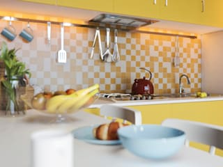 Yellow Kitchen:  de estilo  por MIB Studio