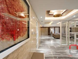 Couloir, entrée, escaliers modernes par neale castelino Photography Moderne