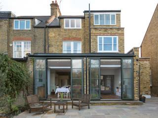 Condominios de estilo  por Martins Camisuli Architects, Moderno