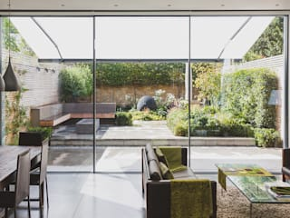 Small London Garden:  Garden by Belderbos Landscapes
