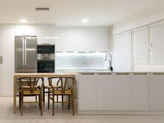 Cocina Vivienda R.63: Cocinas integrales de estilo  de La Proyectual