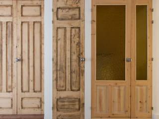 Puertas Vivienda R.63: Puertas de madera de estilo  de La Proyectual