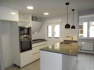 Reformas integrales en Madrid: Cocinas integrales de estilo  de Almudena Madrid Interiorismo, diseño y decoración de interiores, Escandinavo