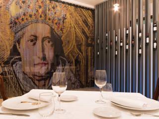 """Restaurante """"In Vino Veritas"""": Locales gastronómicos de estilo  de La Proyectual"""