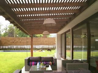 techo celosia pino oregon: Terrazas  de estilo  por Santiago Quinchos