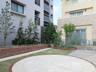 赤レンガと大理石のカフェ風ガーデン: 株式会社グリーンテリアが手掛けた庭です。