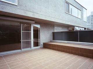 HIROO FLAT 裏手の広大な森を借景とした住まい モダンデザインの テラス の JWA,Jun Watanabe & Associates モダン