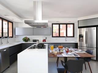 Apto Moema - Cozinha: Armários e bancadas de cozinha  por Start Arquitetura,Moderno