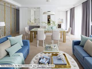 Apartament w Warszawie - klasyka z nowoczesnością Klasyczny salon od TISSU Architecture Klasyczny