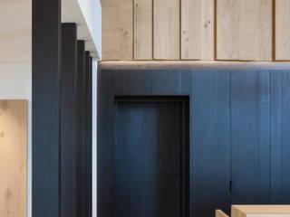 Pasillos, vestíbulos y escaleras modernos de De Plankerij BVBA Moderno