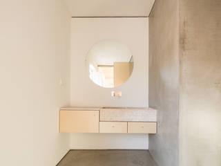 Casa na Trafaria Casas de banho minimalistas por Manuel Tojal Architects Minimalista