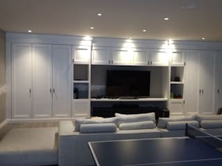 Sala TV: Estudios y oficinas de estilo clásico por EDF