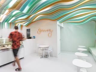Gelataria SMAG: Salas de estar modernas por NUUMstudio