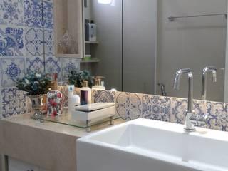 Apartamento para casal com filha Banheiros clássicos por Joana Rezende Arquitetura e Arte Clássico