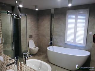 Białe shutters w łazience: styl , w kategorii  zaprojektowany przez OSŁONYDOOKIEN.PL
