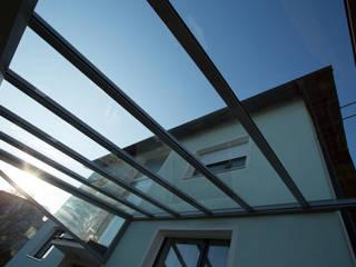 Moderne Terrassenüberdachung mit schlanken Profilen Schmidinger Wintergärten, Fenster & Verglasungen Moderner Garten Glas Transparent