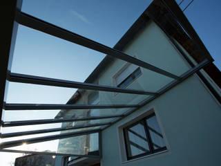Moderne Terrassenüberdachung mit schlanken Profilen Schmidinger Wintergärten, Fenster & Verglasungen Moderner Wintergarten Glas Transparent