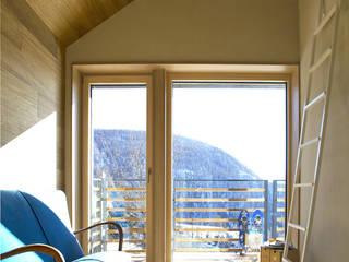 Casa in paglia a Chamois: benessere in alta montagna: Pavimento in stile  di Novello Case in Legno
