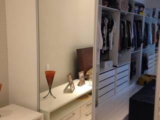 Closet :   por Liliane Sant'Anna - Design de Interiores