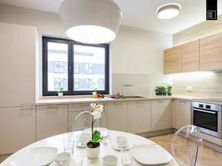 Stylowy Mokotów: styl , w kategorii Kuchnia zaprojektowany przez Pracownie Wnętrz Kodo