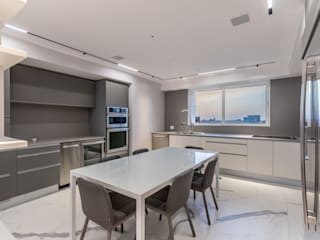 Grand Europa II Modern Dining Room by Design Group Latinamerica Modern