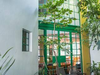 Ventanal: Jardines de estilo mediterraneo por Bojorquez Arquitectos SA de CV