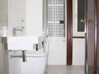 ristrutturazione appartamento di 155 mq: Bagno in stile in stile Moderno di Alfons Pepaj
