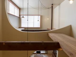 吹抜: 一級建築士事務所 SAKAKI Atelierが手掛けたリビングです。