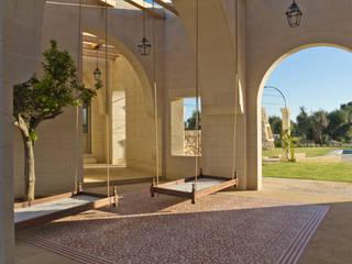 Masseria La Conchiglia Hiên, sân thượng phong cách Địa Trung Hải bởi architetto stefano ghiretti Địa Trung Hải