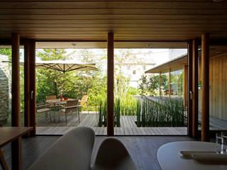 リビングのような庭。室内と庭との境界線を曖昧にすることで、内と外とが緩やかにつながる家に。: kisetsuが手掛けたリビングです。