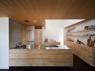 こだわりのkisetsuオリジナルキッチン。IHコンロ左側にはパントリーへつながる扉が。: kisetsuが手掛けたキッチンです。