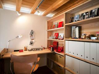 一人籠れる書斎の収納やデスクは全て造作。他とは違うオリジナルな空間を演出。: kisetsuが手掛けた書斎です。