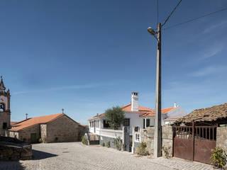 Casa na aldeia por Estúdio AMATAM Campestre